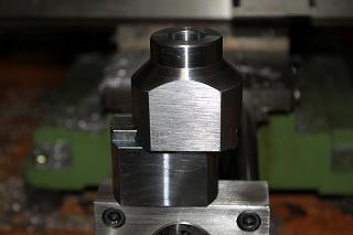 平らなところがベルトサンダーで仕上げた面です。素材は快削鋼。
